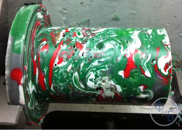 Пример образования каверн в слитке переработанного пластика при недостаточном нагреве