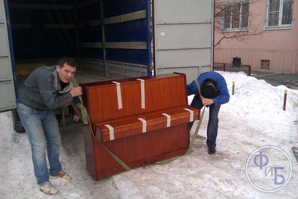 Переноска пианино двумя грузчиками на ремнях